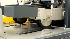 如何确定沥青混合料的高温抗车辙能力和稳定性?